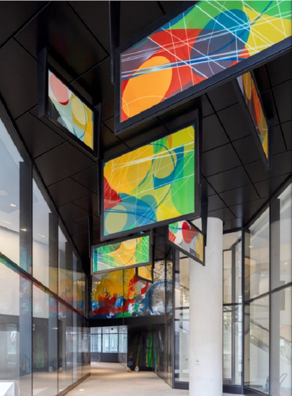 Connection to the interior: colorfully designed glass in the connecting passageways takes over the design idea of the canopies with its own language of images and form, thus becoming one of the style-defining features of 22 Bishopsgate. Photos: Simon Kennedy