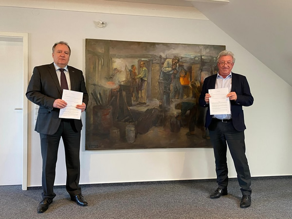 Stephan Meindl (President and CEO of HORN® Glass Industries AG) signing the contract with Dr Harald Jodeit (Managing Director and owner of JSJ Jodeit GmbH).